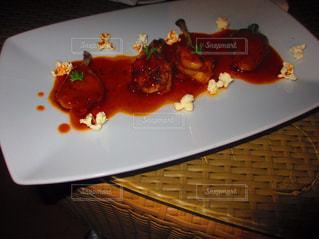 テーブルの上に食べ物のプレート - No.823635