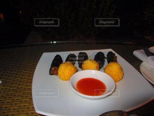 テーブルの上に食べ物のプレート - No.823638