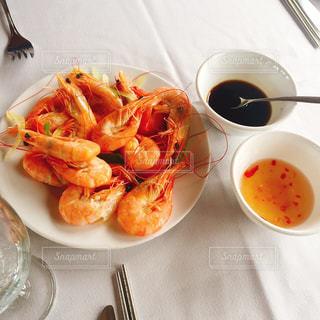 テーブルの上に食べ物のプレートの写真・画像素材[823641]