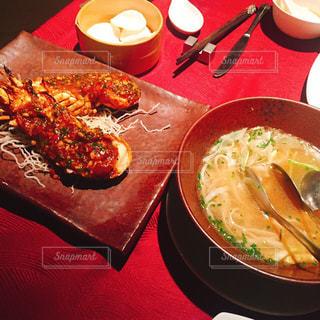 テーブルの上に食べ物のプレート - No.823650