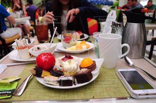 食品のプレートをテーブルに座っている人々 のグループ - No.823670