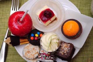 皿の上の果物とケーキの写真・画像素材[823673]