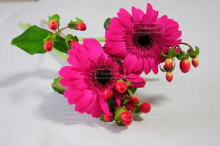 テーブルの上の花の花瓶の写真・画像素材[845840]
