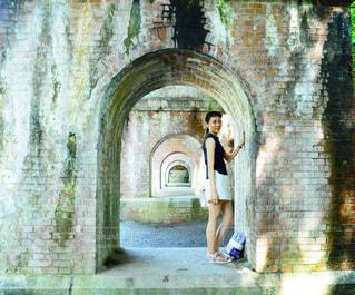 南禅寺の前に立つ女性の写真・画像素材[906163]
