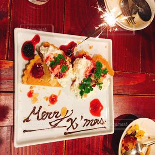 テーブルの上に食べ物のプレート - No.964501