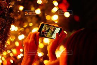 携帯電話で通話中の女性の写真・画像素材[964529]