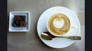 近くにドーナツとコーヒー カップのアップ - No.1042474
