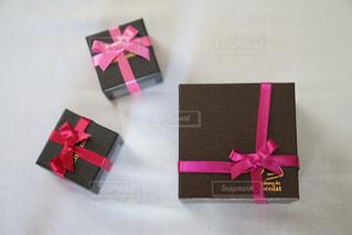 テーブルの上のピンクの箱の写真・画像素材[1042507]