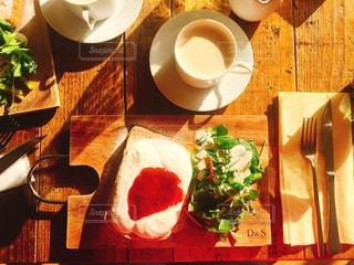 木製のテーブルの上に食べ物のプレート - No.1042558