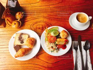 テーブルな皿の上に食べ物のプレートをトッピング - No.1042591