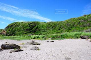 水の体の横にある岩のビーチ - No.1101449