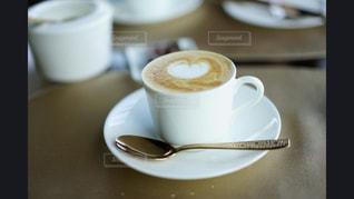 テーブルの上のコーヒー カップの写真・画像素材[1115123]