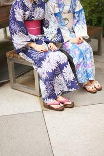 ベンチに座る浴衣の女性の写真・画像素材[1431233]