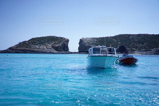 水の体の小さなボートの写真・画像素材[1827344]