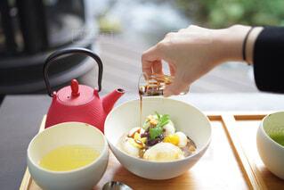 食べ物の皿とコーヒーのカップのクローズアップの写真・画像素材[3874051]