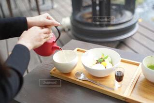 食べ物を食べるテーブルに座っている人の写真・画像素材[3874052]