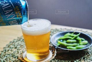 テーブルの上のビールのグラスの写真・画像素材[1342023]