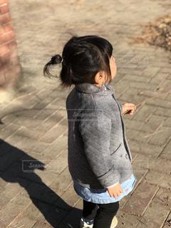 歩道上に立って小さな男の子の写真・画像素材[1021156]