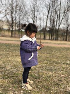 フリスビーを投げる少女の写真・画像素材[1028837]