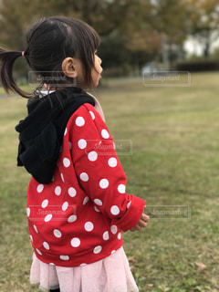 フィールドに立っている女の子の写真・画像素材[1077166]