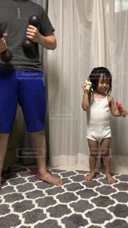 女の子,2歳,トレーニング,パパと一緒,筋トレ,真似っこ