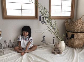 ベッドの上で横になっている男の子の写真・画像素材[1287109]