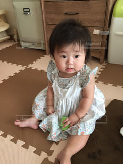 テーブルの上に座って赤ちゃんの写真・画像素材[1329710]