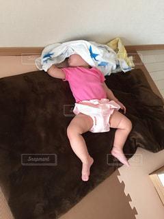 赤ん坊を持っている人の写真・画像素材[1624451]