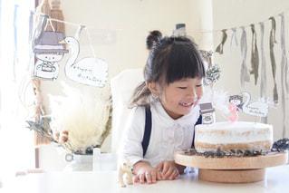 ケーキの前に立っている女性の写真・画像素材[1667848]