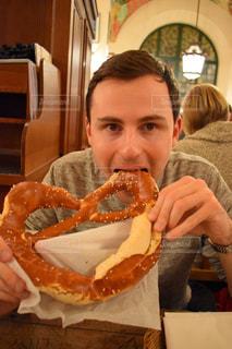 男性,1人,パン,食べる,ドイツ,ミュンヘン,外国人,プレッツェル,ビアホール