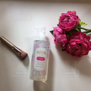 近くにテーブルの上の花の花瓶のアップ - No.743920