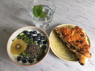 テーブルの上に食べ物のプレートの写真・画像素材[1146298]