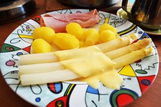テーブルの上に食べ物のプレートの写真・画像素材[1273052]