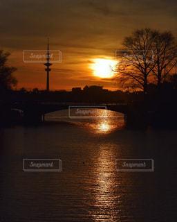 水の体に沈む夕日の写真・画像素材[1273056]
