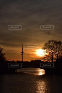 水の体に沈む夕日の写真・画像素材[1278615]
