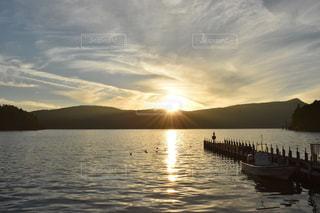 水の体に沈む夕日の写真・画像素材[1278616]