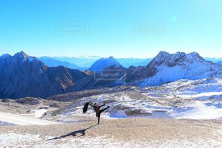 雪に覆われた山の頂上に立っているの写真・画像素材[1616164]