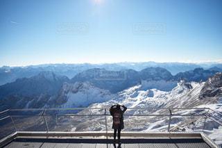 雪に覆われた山の頂上に立っている人々 のグループの写真・画像素材[1616165]