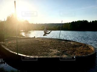 湖でジャンプの写真・画像素材[1617332]