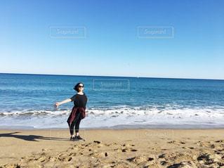 女性,自然,海,空,サングラス,ビーチ,青,水,元気,未来,スペイン,バルセロナ,若い,夢,ダンサー,ポジティブ,可能性