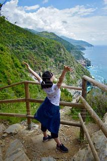 自然,風景,海,空,屋外,ビーチ,後ろ姿,水面,ヨーロッパ,山,人物,背中,人,イタリア,初夏,ハイキング,海外旅行