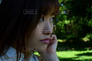 女性,公園,森,緑,ワンピース,白,女の子,悲しい,ポートレート,悲しい顔