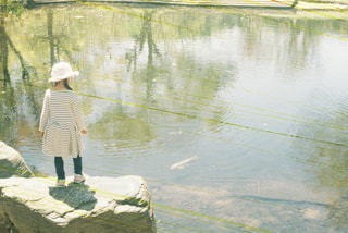 水の中に立っている男の人の写真・画像素材[709414]