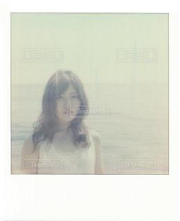 カメラにポーズ鏡の前に立っている女性 - No.711743