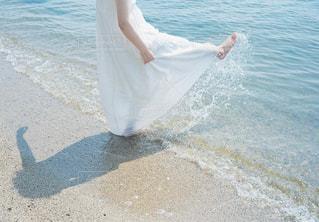 水の体の横に立っている女性 - No.730092