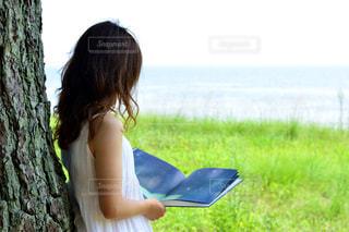 ベンチに座っている女性の写真・画像素材[737255]
