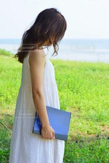 ノート パソコンの前に立っている女性の写真・画像素材[737263]