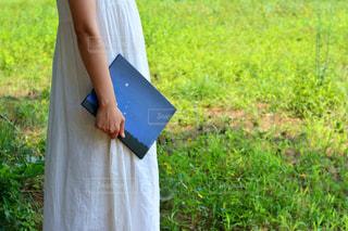 ドレスを着ていると、草の中に立っている人の写真・画像素材[737265]