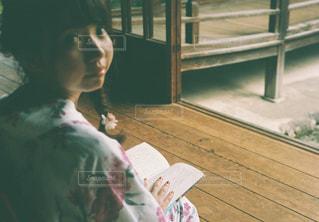 テーブルの上に座っている女性の写真・画像素材[737471]