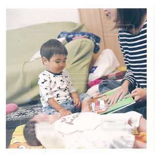 ベッドの上に座っている赤ちゃんの写真・画像素材[740831]
